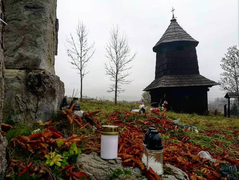 Płaciak-Julia-kl.-2hot-cmentarz-choleryków-wraz-z-dzwonnicą-w-Zubrzycy-Dolnej